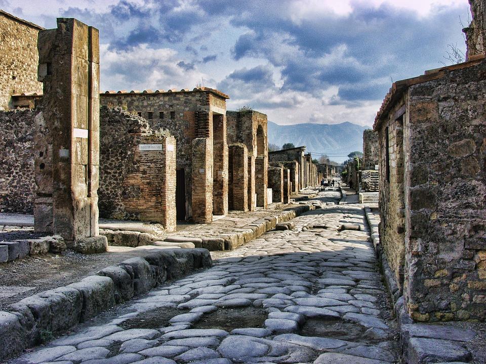 De Nápoles a la Costa Amalfitana. Monumentos y paisajes cautivadores